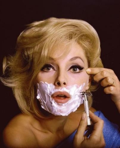donna depila uomo
